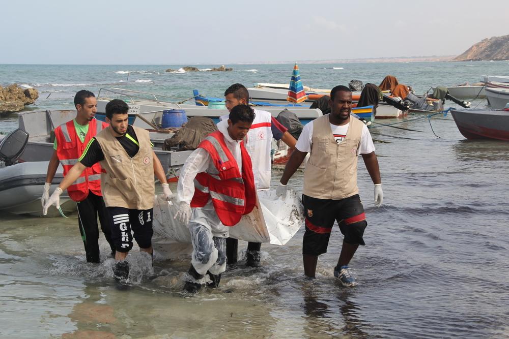فريق جمعية الهلال الأحمر الليبي ينتشل جثة من المياه (مالك محمد مرسيط/ جمعية الهلال الأحمر الليبي)
