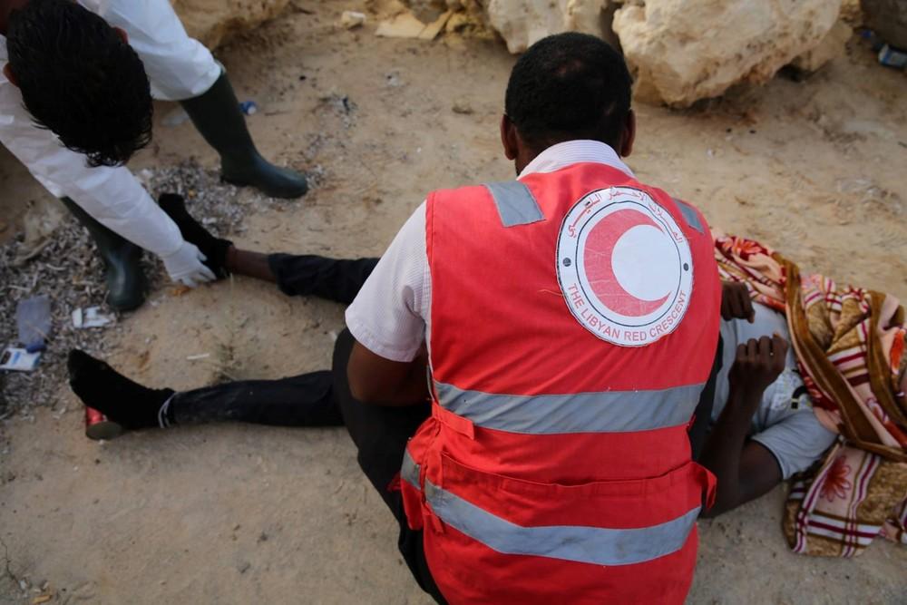 متطوعون من جمعية الهلال الأحمر الليبي يعثرون على جثة أخرى لمهاجر على شاطئ القره بوللي، قرب طرابلس، الذي يستخدمه مهربو البشر بشكل متزايد في الانطلاق بقواربهم (محمد بن خليفة/إيرين)