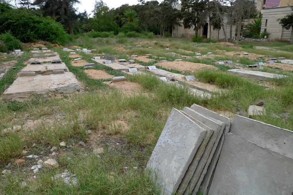 قبور لمهاجرين في المقبرة المسيحية في طرابلس. ويوجد على كل منها شاهد يحمل تاريخ الدفن ورقم مرجعي يمكن تتبعه بالرجوع إلى قاعدة بيانات الحمض النووي. (توم وستكوت/إيرين)