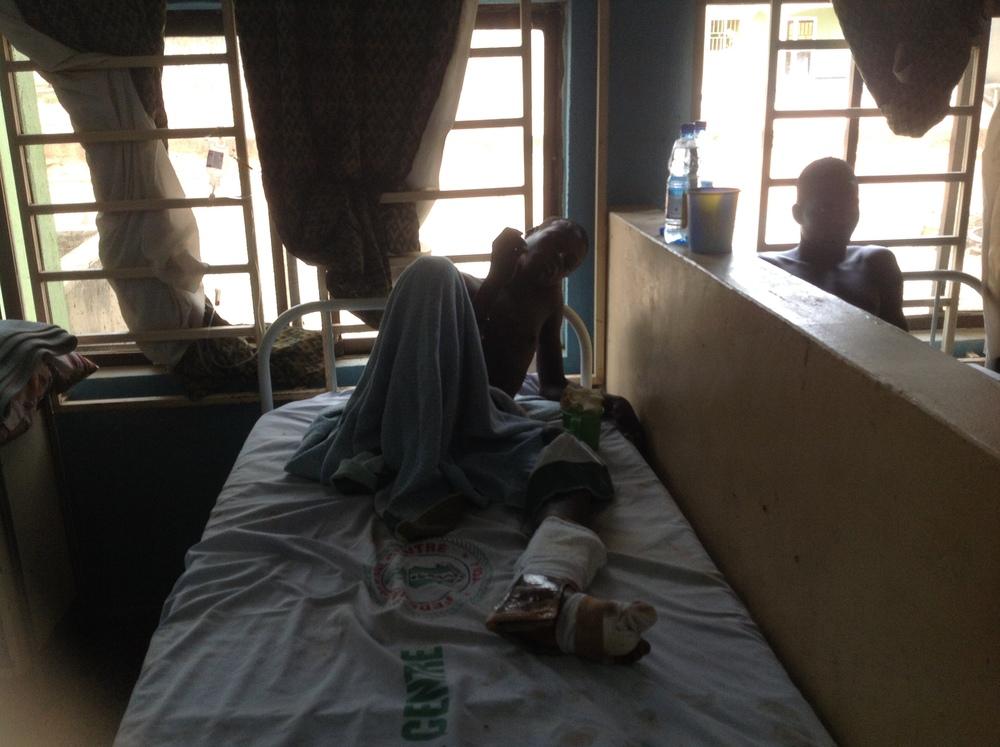 Le centre médical de Yola soigne un homme blessé dans l'explosion (Ibrahim Abdul'Aziz)