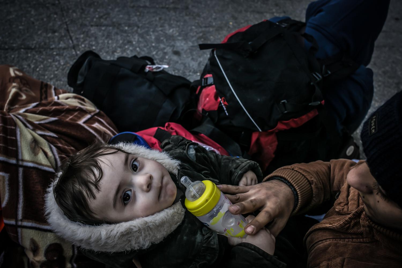 أطفال سوريون بين مجموعة من اللاجئين في محطة باصات بسمانه حيث أعيدوا إلى إزمير بعد اعتراض قاربهم