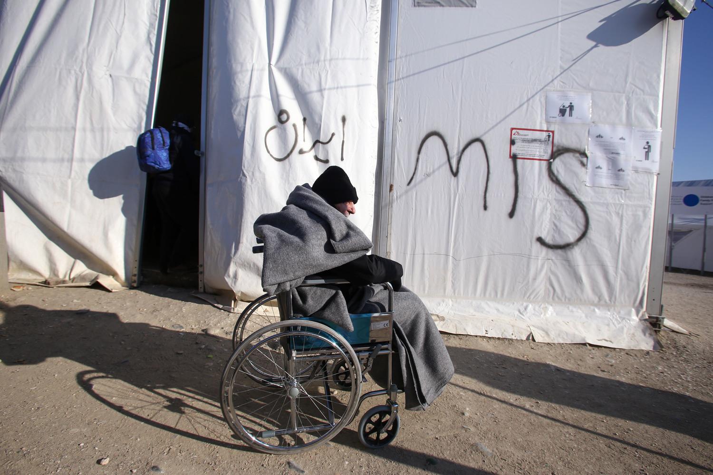 لاجئ معوّق، رابض في الطقس البارد، خارج إحدى الخيام التي سُمح لمنظمة أطباء بلا حدود بإقامتها خارج محطة البنزين، التي أصبحت منطقة احتجاز للاجئين والمهاجرين الذين يحاولون الوصول إلى الحدود