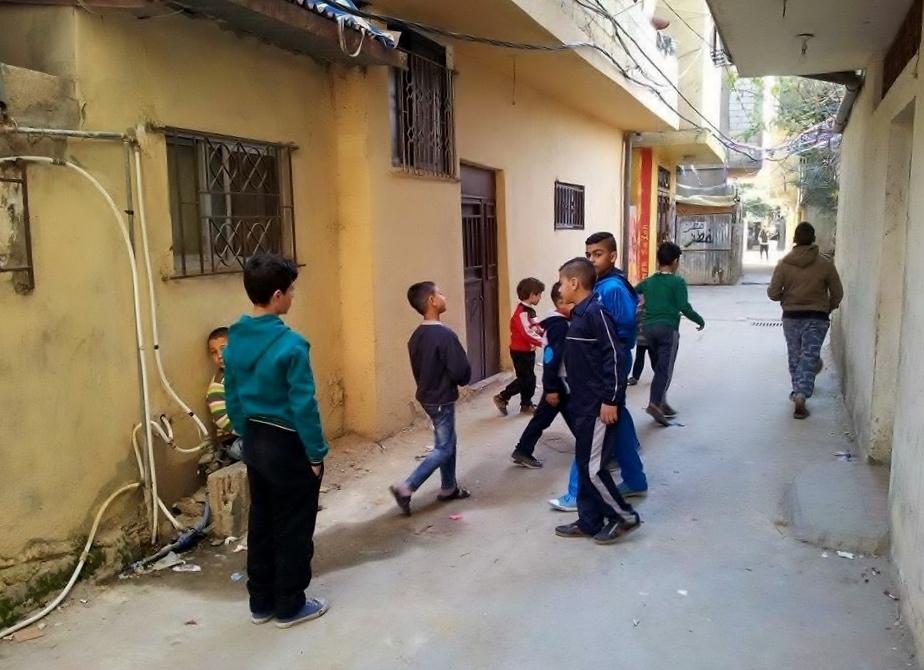 يلعب الأطفال في شوارع مخيم عين الحلوة