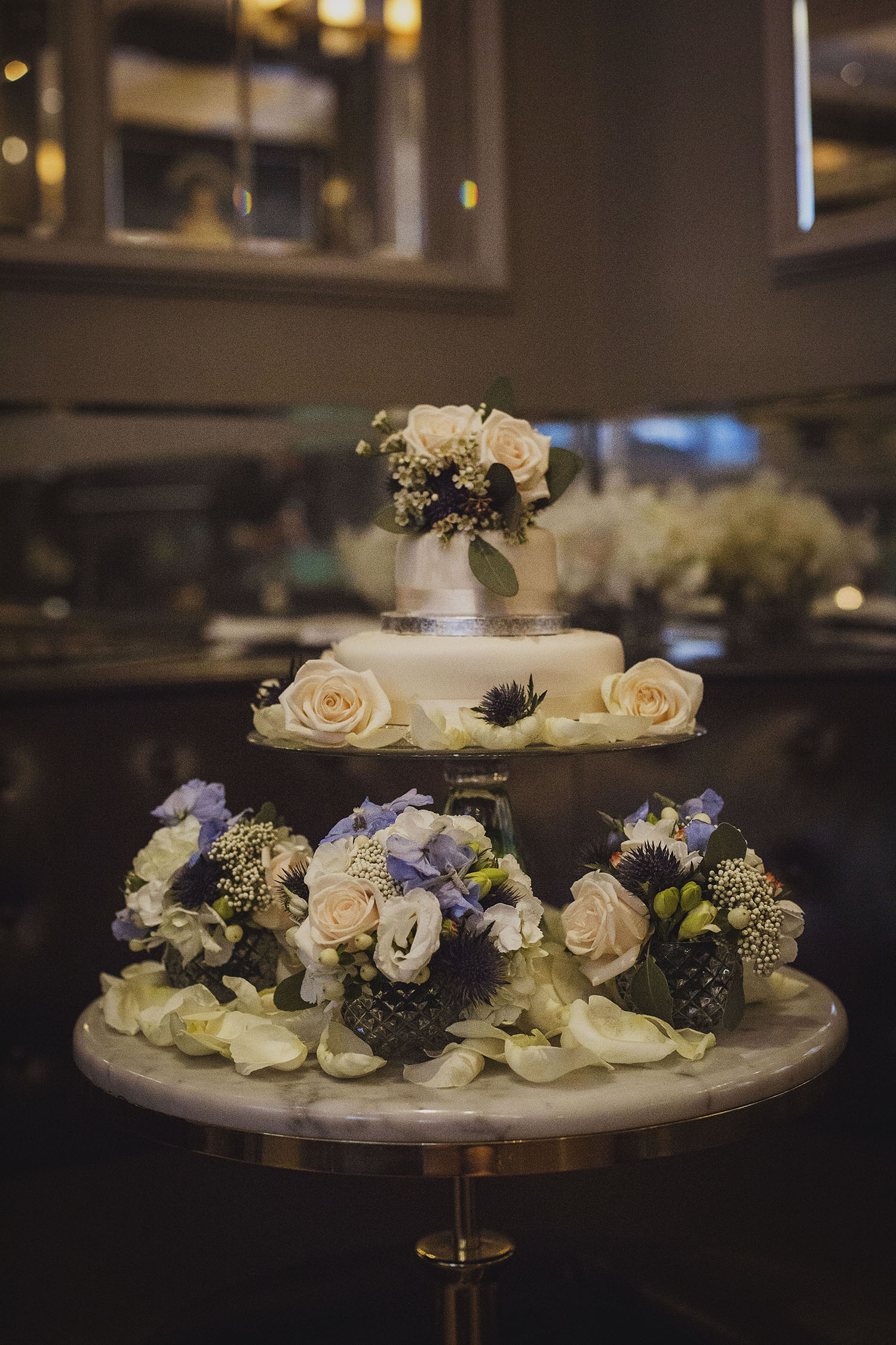wedding cake in northall rooms corinthia hotel london wedding photographer