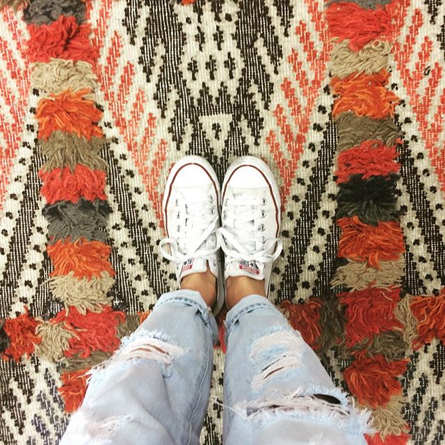 Who's most ready for Friday? This rug or my pants? 🎉 #fridayvibes #rug #kilim #converse #denim #interiordesign #manupinteriors #friday #clientlove #potterybarn #venicebeach