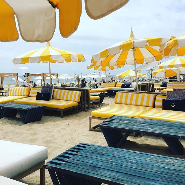 💛✌🏼️☀️ #montauk #gurneys #yellow #white #beachy #summerlove #exteriordesign #beachday