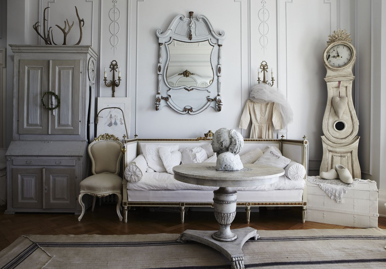 Source: http://www.tophomedesigns.com/25-cozy-shabby-chic-furniture-ideas-home/