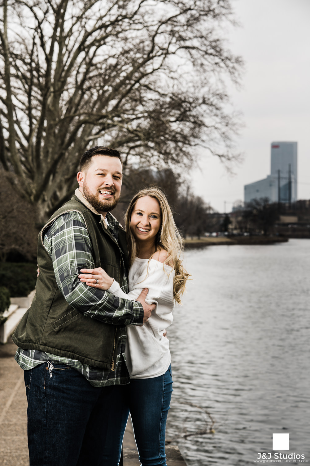 engagement Schuylkill Banks with Philly skyline