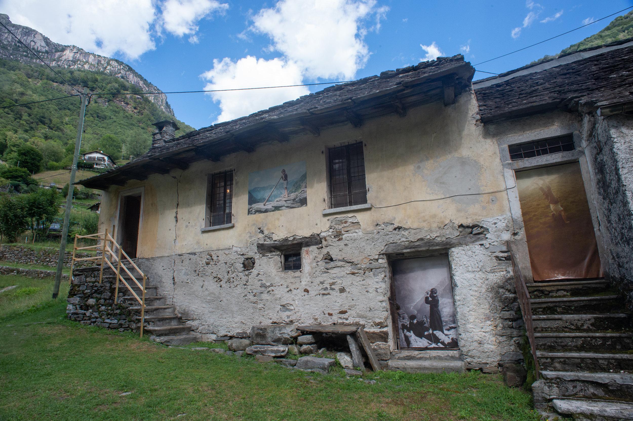 Vecchie Scuole femminili di Lavertezzo Valle.  Edificio dismesso e in stato d'abbondono da molti anni, riaperto al pubblico grazie alla mostra d'archivio. Su gentile concessione del comune di Lavertezzo.
