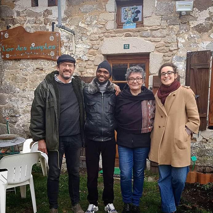 Amadou entouré de Laurent, son hôte-solidaire, de Lucile, référente de l'association JRS et Marie-Hélène, référente WWOOF France.