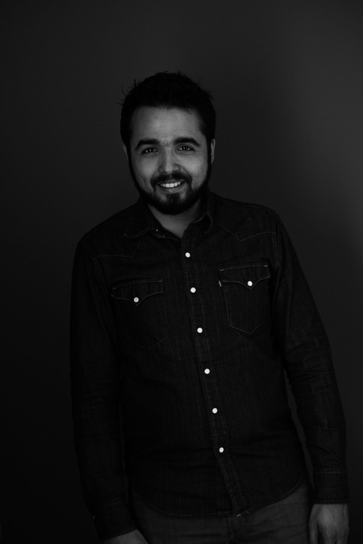 Sesion-fotos-mexicali-retrato-couples-Oscar-jeans-camisa-mezclilla-blanco-negro-stand-smile