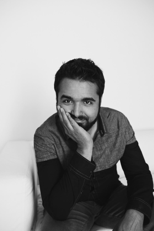 Sesion-fotos-mexicali-retrato-couples-Oscar-jeans-camisa-mezclilla-blanco-negro-sitdown-hand