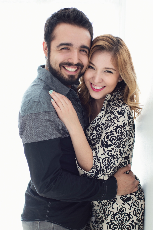 Sesion-fotos-mexicali-retrato-couples-Natalia-Oscar-Paloma-Queri Sesion-fotos-mexicali-retrato-couples-Natalia-Oscar-stand-backlight-smiles