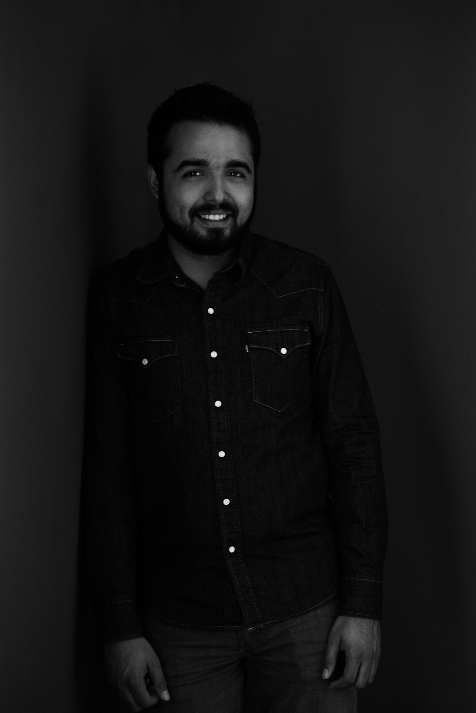sesion-fotos-mexicali-retrato-couples-oscar-jeans-camisa-mezclilla-blanco-negro-wall-recline