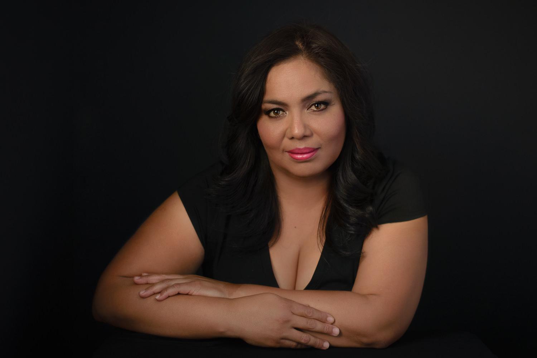 Sesion-fotos-mexicali-retrato-Vestido-negro-Anabel-sentada