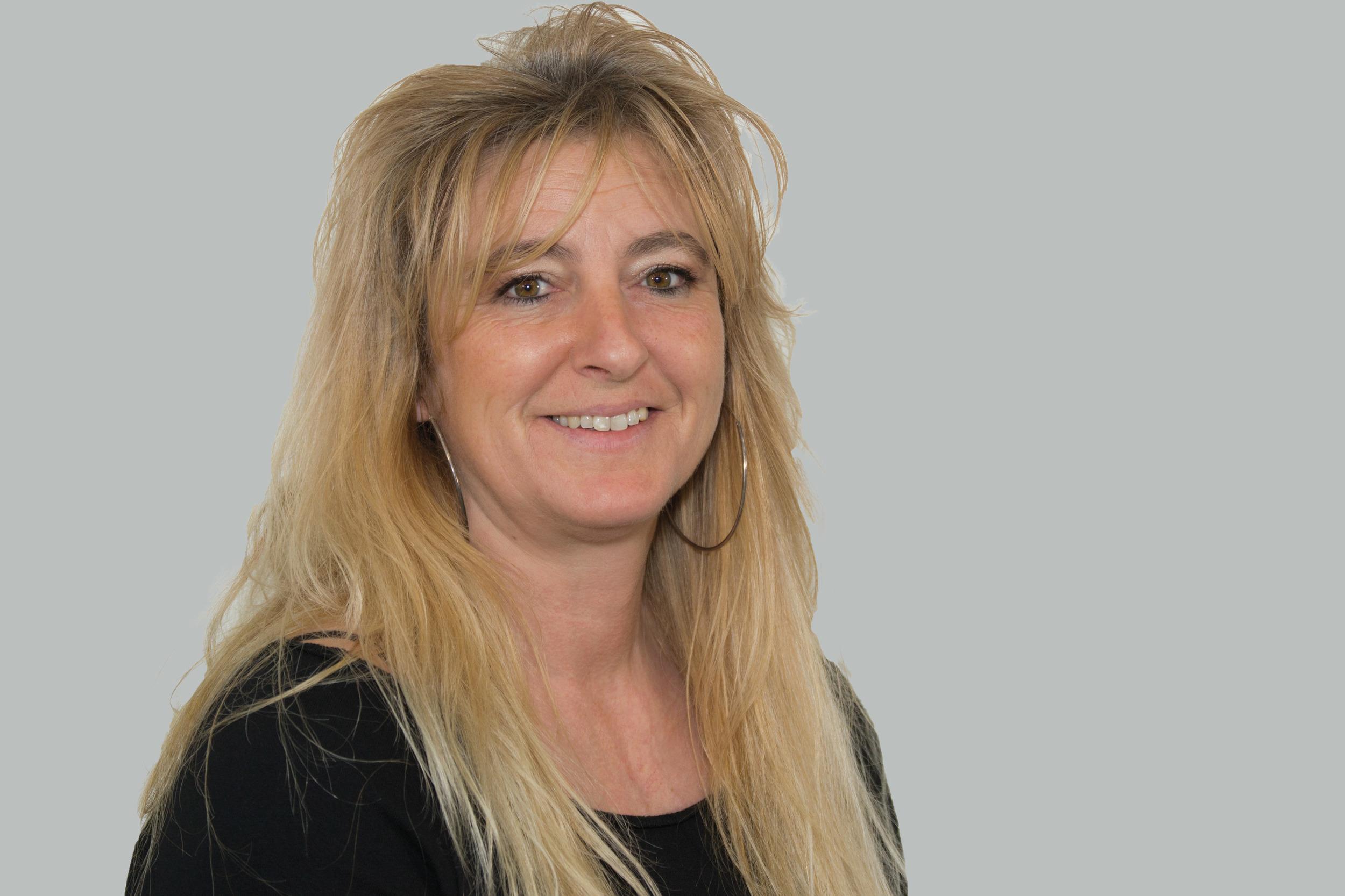 Nadia Carriot   Administration, Kundendienst, Annahme    Autolackiererin mit Fähigkeitszeugnis   Lieblingsfarbe: Orange Hobbies: Reitsport, Motorrad, Skifahren