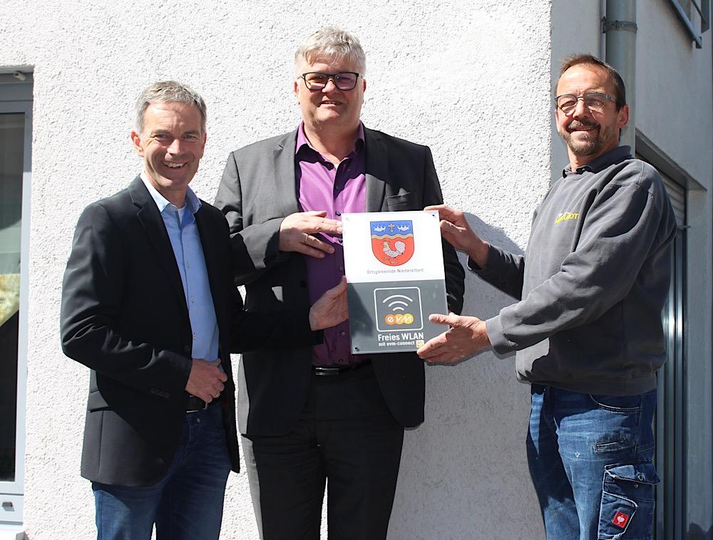 Freuen sich über den neuen WLAN-Punkt: Ortsbürgermeister Christoph Neyer, Axel Neuroth und evm-Kommunalbetreuer Norbert Rausch.  Foto: evm