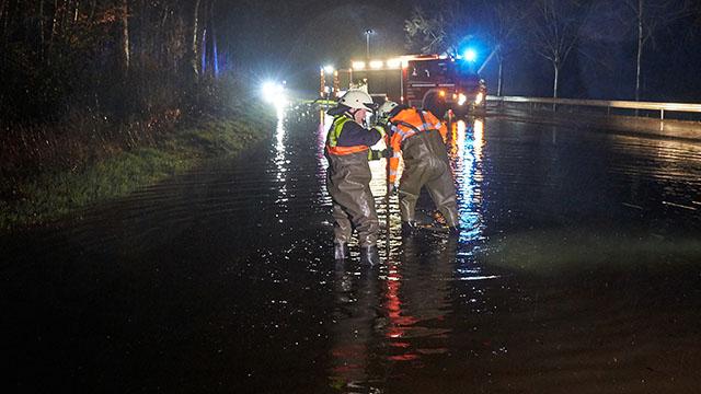 Niederelbert: Feuerwehrleute versuchen nach starken Regenfällen in der Nacht mit Pumpen die überflutete Landesstraße 327 bei Niederelbert in Rheinland-Pfalz wieder befahrbar zu machen. Bild: dpa Quelle: www.wetteronline.de