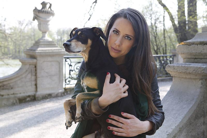 Hirtengold Gründerin Sarah mit ihrem Hund Tussot
