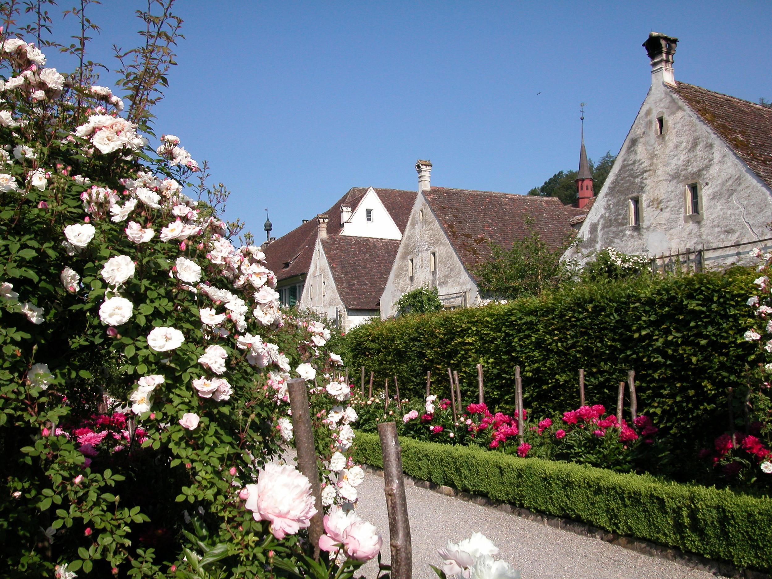 Aussenansicht Mönchsklausen mit Rosen.jpg