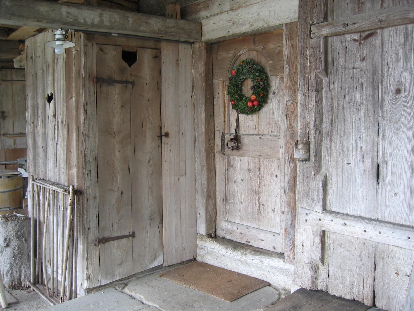 d-Bohlenständerhaus Innen-klein.jpg