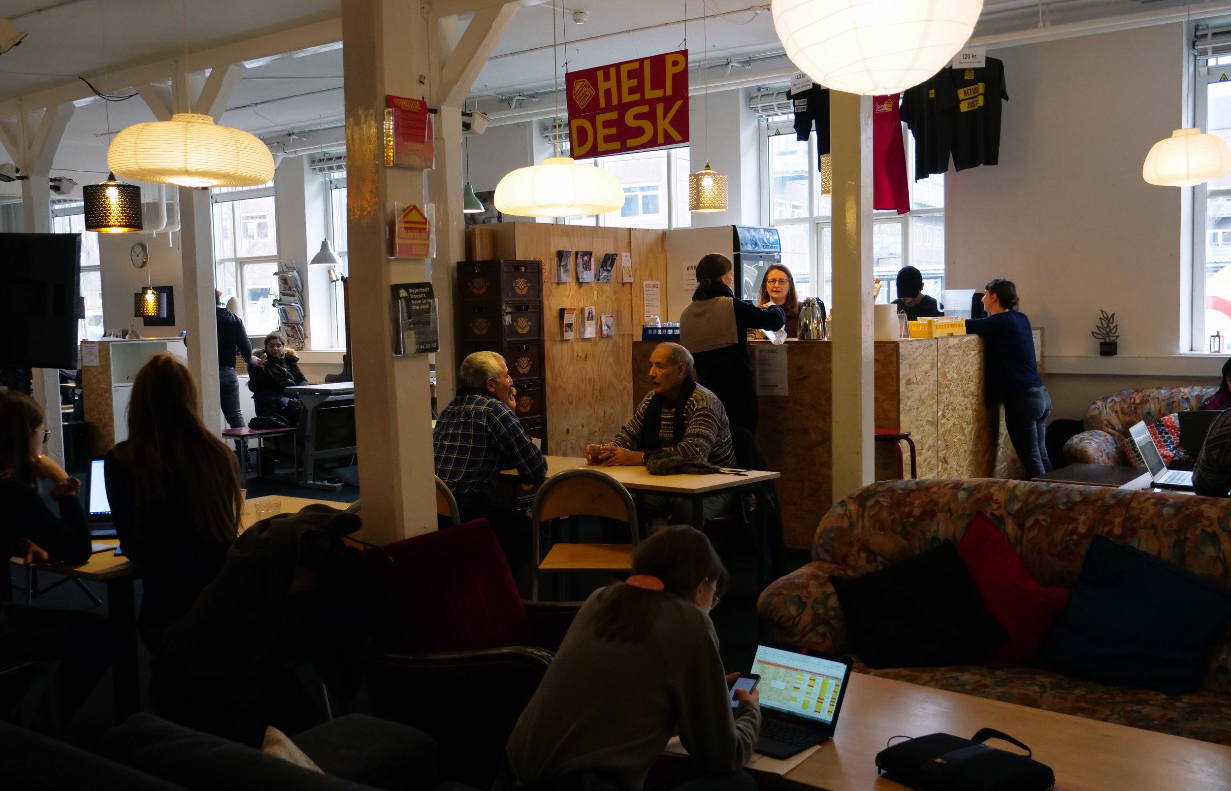 Trampolinhusets nye caféområde bruges både til husmøder, hyggelige snakke og gruppearbejde. Foto: Viktoria Steinhart
