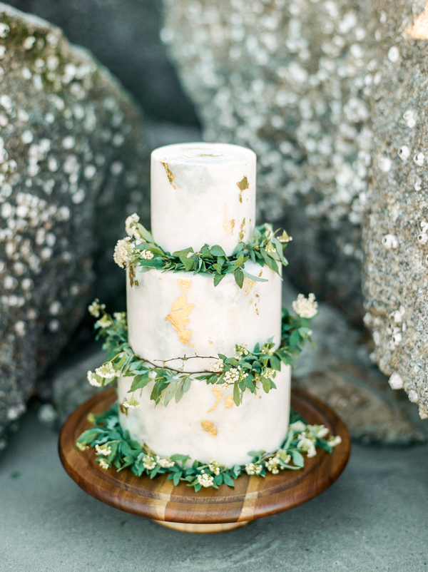 Marble wedding cake with gold detailing by Savannah Hall of Cakes  //  Savannah wedding photos by Dee Carlin Photography  //  on A Lowcountry Wedding Magazine & Blog