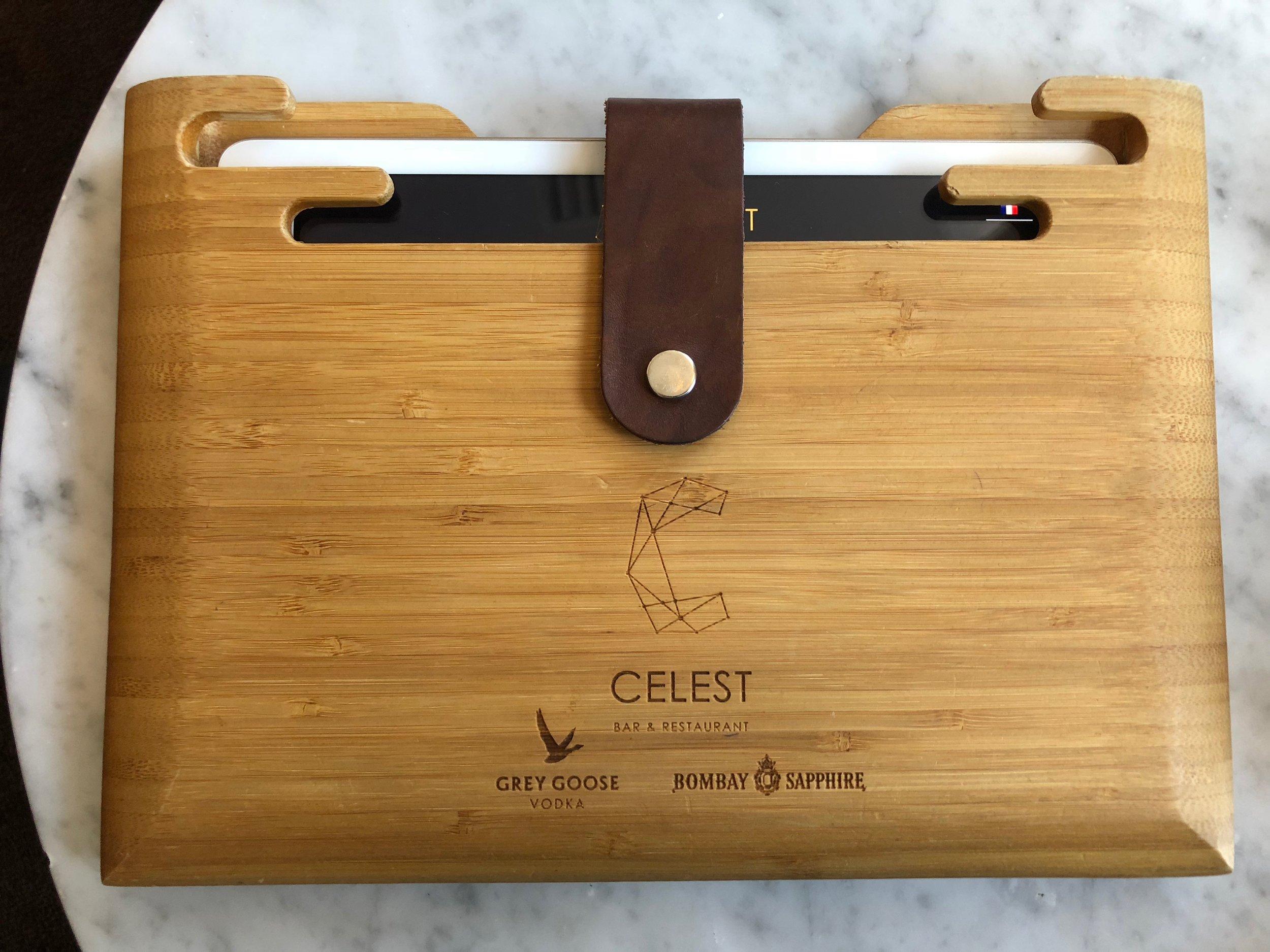 Menus sur tablettes tactiles socle de sécurité en bois.jpg