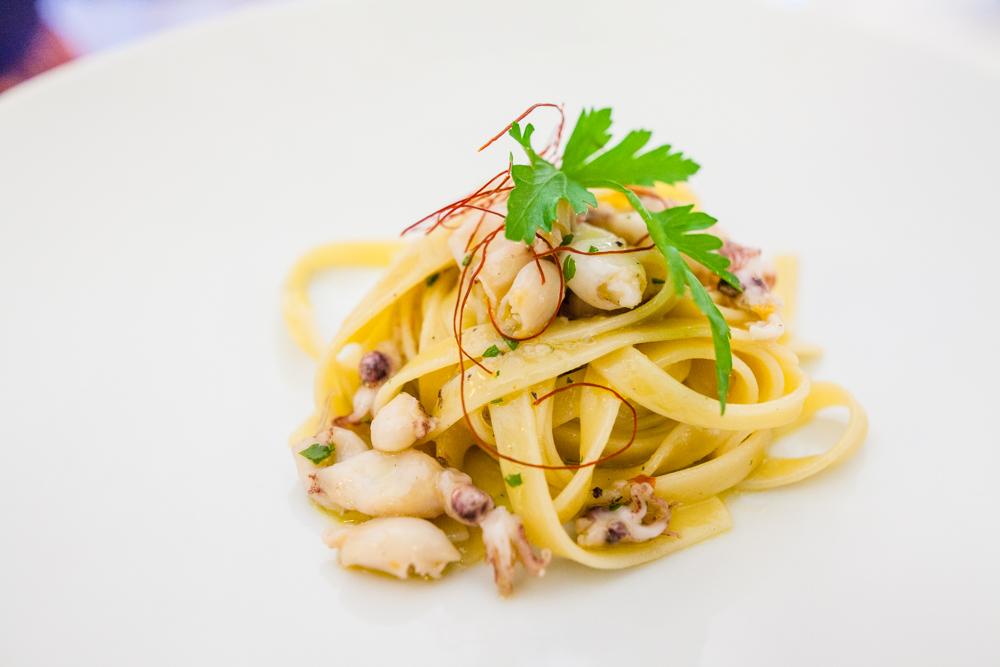Bavette aglio, olio, peperoncino e calamaretti spillo - spaghetti garlic, olive oil, peperoncino and baby squid