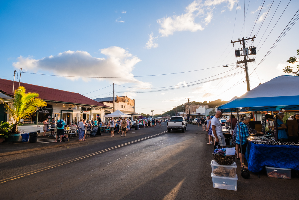 Every Friday evening, Hanapepe hosts an Art Market down it's main street. We figured this was the best way to relax on our first night in Kauai.