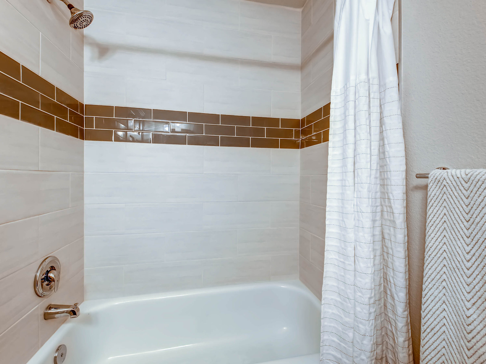 2896 W Long Circle Unit B-MLS_Size-017-17-2nd Floor Bathroom-1600x1200-72dpi.jpg