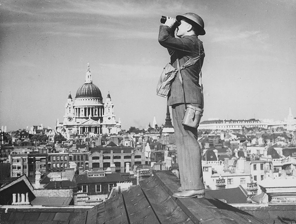 1013px-Aircraft_spotter_on_the_roof_of_a_building_in_London._St._Paul's_Cathedral_is_in_the_background_-_NARA_-_541899.jpg