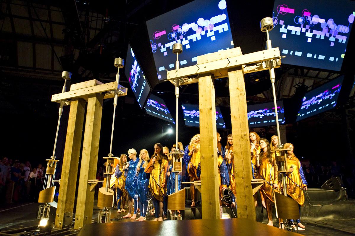 Icelandic Choir performs under Stephen Malinowski's animated score