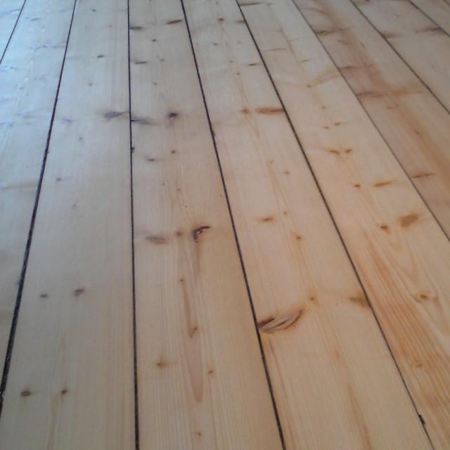 Golvslipning, oljning och polering av grangolv i Hållnäs! #Golvslipning #oljning #grangolv #timberex heavy duty #renovering