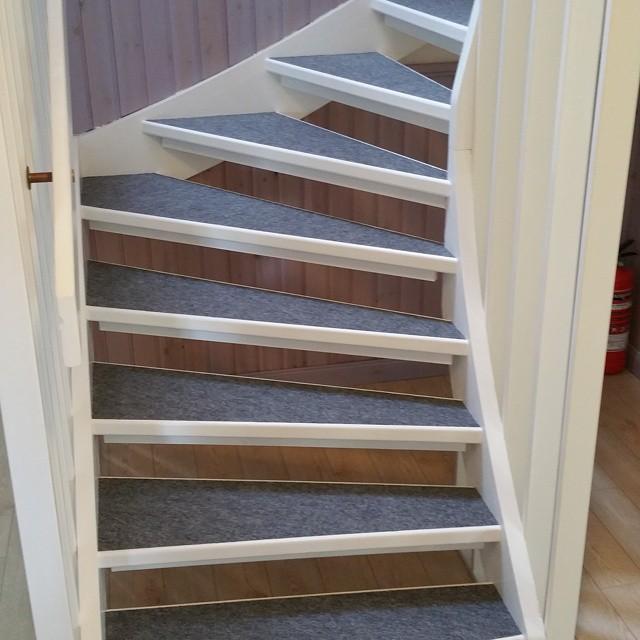 Trapp med nålfiltsmatta från Golvabia klar i Hållnäs!  Stepp grå 208370 #trapp #golvabia #grå #renovering