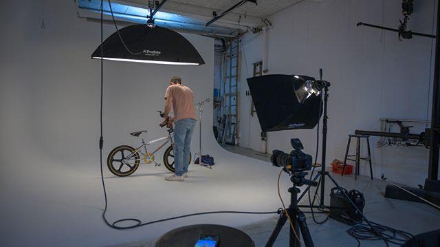 @monzabicycleclub Är tillbaka med @photographermaxmoden och tar bilder på lite cyklar och tillbehör i Studio 2!