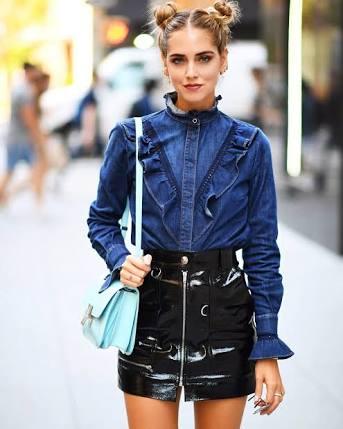 Minissaia de vinil   O mix entre a camisa jeans com a saia funciona super bem