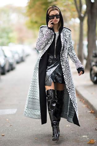 Brinque com as proporções entre a minissaia justa e curta , moletom mais largo e um maxi casaco por cima