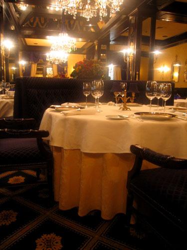 hospitality-amway-1913-room-table-2.jpg