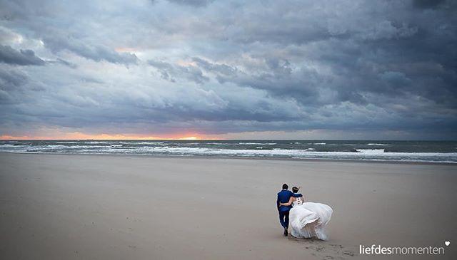 Als bruidsfotograaf houden we van wind en zware bewolking. Niet omdat het de meest ideale omstandigheden zijn voor het vieren van een bruiloft. Maar wel omdat er niets mooiers is dan wapperende jurken en dramatische luchten.. En dan is het alleen maar mooi als het weer tegen zonsondergang begint om te slaan. Het perfecte moment om even lekker uit te waaien.. . #sunset #beachweddings #dutchskies . . #liefdesmomenten #weddingphotography #weddingphotographer #photo #weddingfilm #wedding #yesido #theperfectwedding #prewedding #trouwen #bruidsfotograaf #trouwfotograaf #bruidsfotografie #destinationwedding #bride #groom #weddingdress #trouwenin2018 #trouwenin2019
