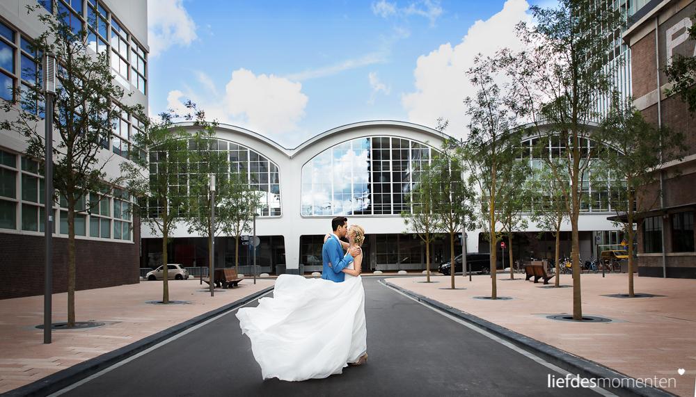 Marijke en Mark trouwden in Rotterdam en maakten daarbij gebruik van een aantal populaire locaties. Zo hielden ze de ceremonie in Dudok in het Park en hebben we de fotosessie gehouden op de Wilhelminapier bij Hotel New York en de Cruise Terminal. Het feest werd gehouden in de Machinist. Een op en top Rotterdamse bruiloft dus!