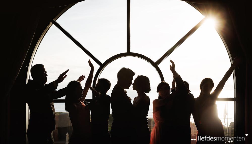 Jenny en Wing hielden een luxe hotel wedding in Huis ter Duin te Noordwijk. Een chinese bruiloft inclusief deurspellen, thee ceremonie en een fanatieke groep Hing dai en Ze mui. Kortom, een trouwerij die Liefdesmomenten niet graag aan zich voorbij laat gaan..