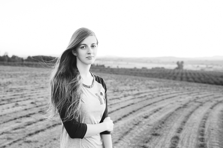 beautiful senior portraits in field