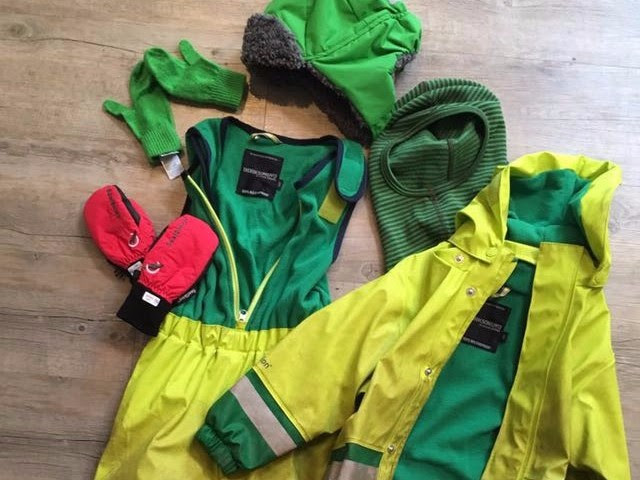 - Winter waterproofs, thin gloves/mittens, thick gloves/mittens, scarf/balaclava, warm hat – in this weather children must all have a warm hat and gloves