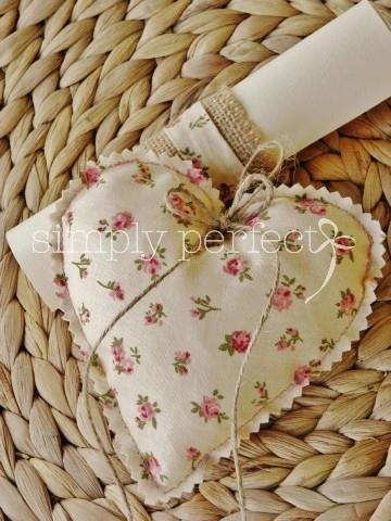 Μπομπονιέρα μαξιλαράκι-καρδιά:ΚΩΔ H006  Προσκλητήριο ρολάκι: ΚΩΔ PR034