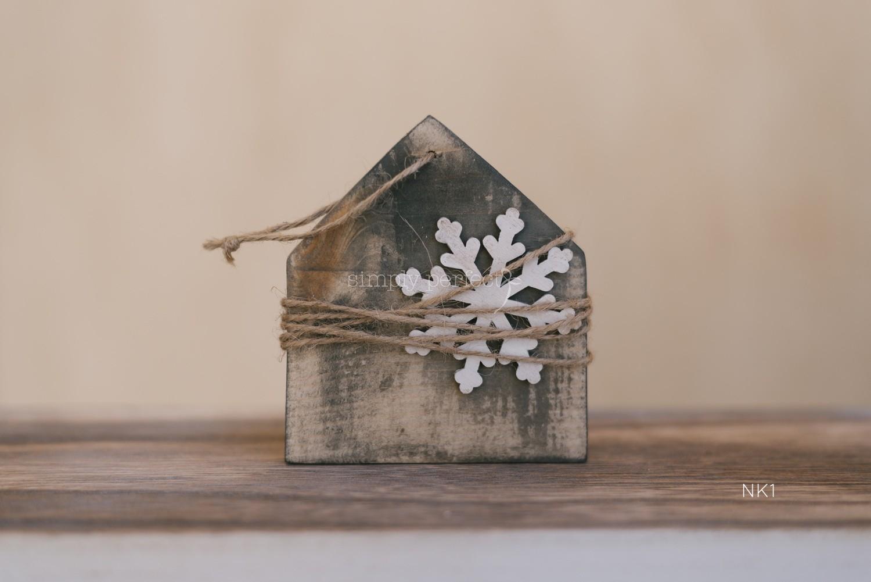 Η μπομπονιέρα είναι ξύλινο χειροποίητο στολίδι για το Χριστουγεννιάτικο δέντρο. Μπομπονιέρα κ προσκλητήριο μέσα σε κουτάκι: ΚΩΔ : ΝΚ1