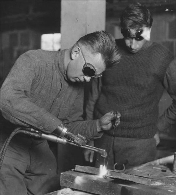"""An American veteran uses an arm fitted with a welding tool adaptation at Walter Reed Army Hospital in 1919. Image courtesy the National Museum of Health and Medicine.""-Via Collectors Weekly  Thank you to all who have served 🇺🇸 🙌"