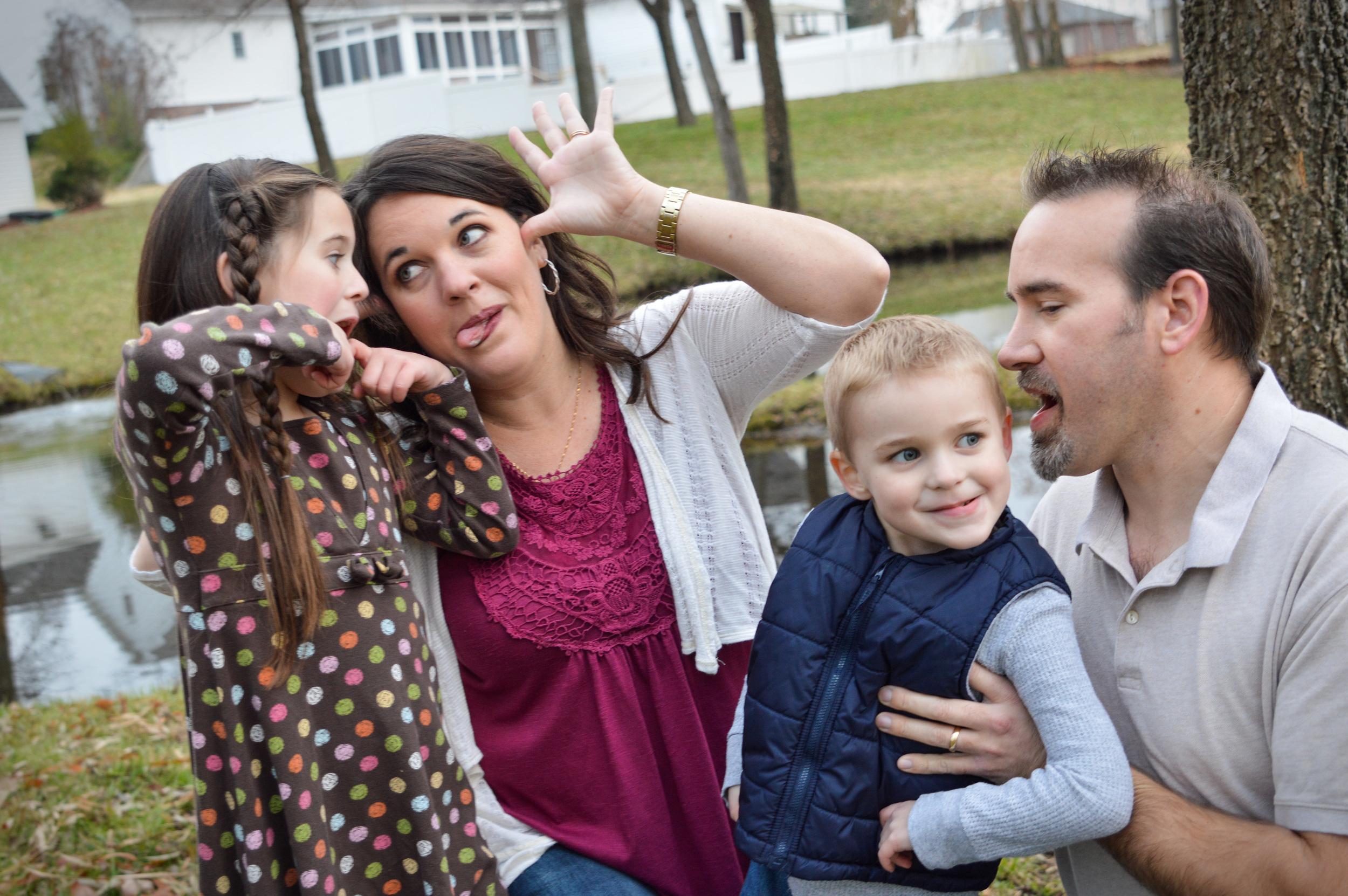 sillyfamilyphoto-familyportraits-familyphotography-joplinmissouri-photosbyariel