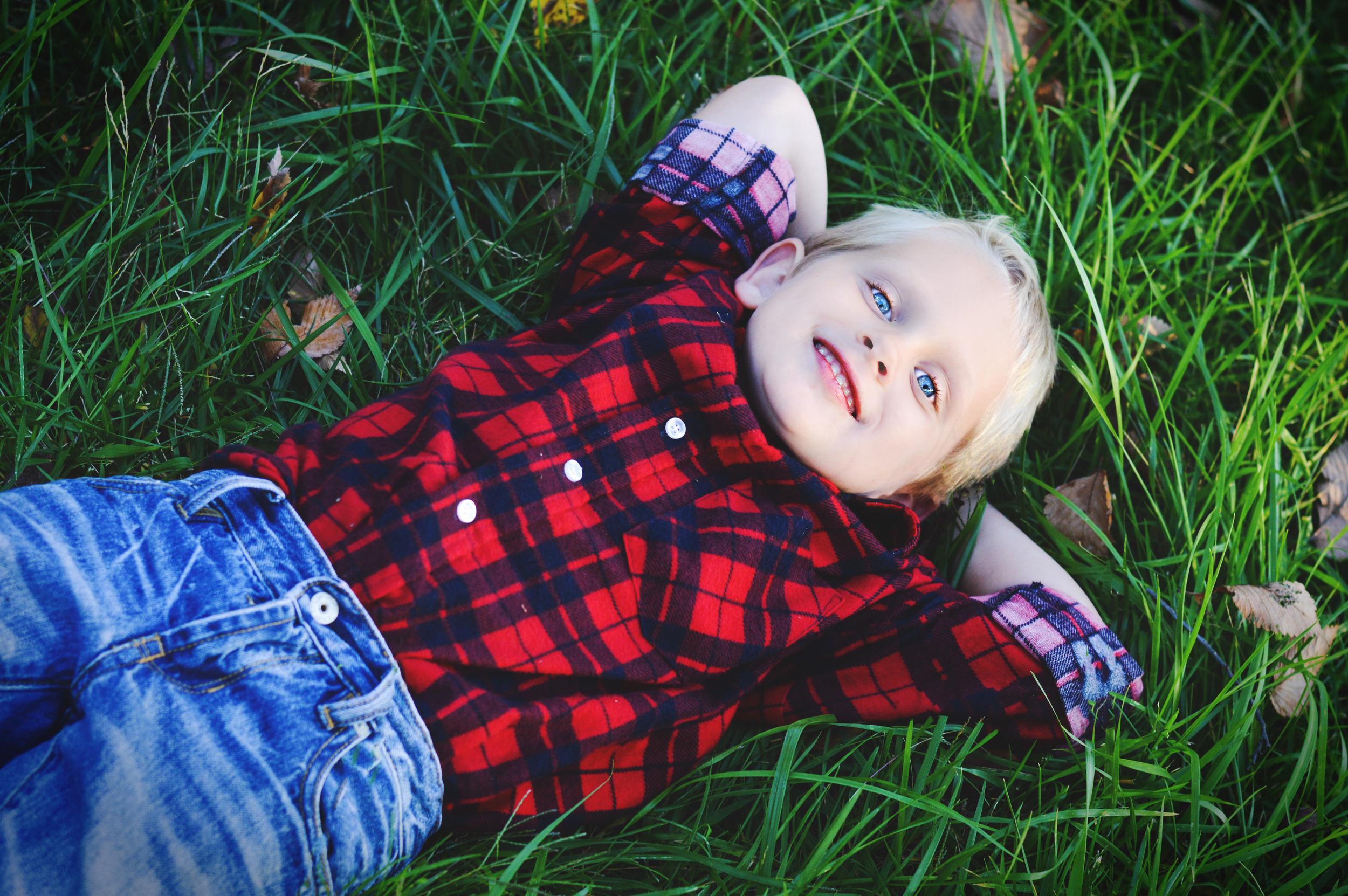littleboylookingupatskyjoplinmophotosbyariel