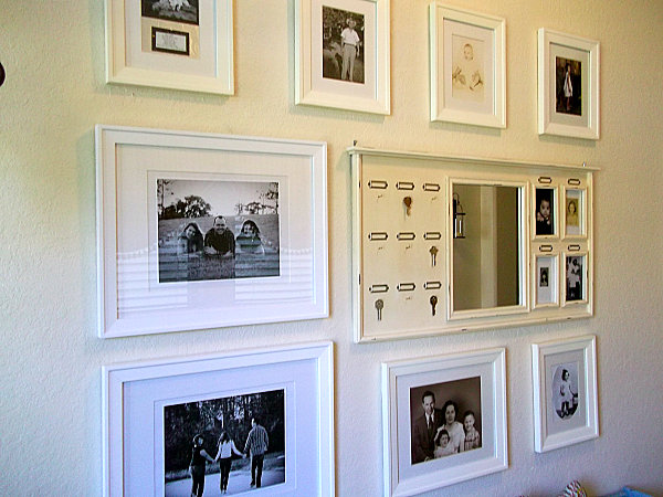 ( 3) wall-gallery-of-familiy-pictures-with-white-frames.jpg